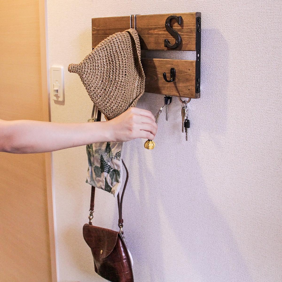 壁に付けられる木製プレート
