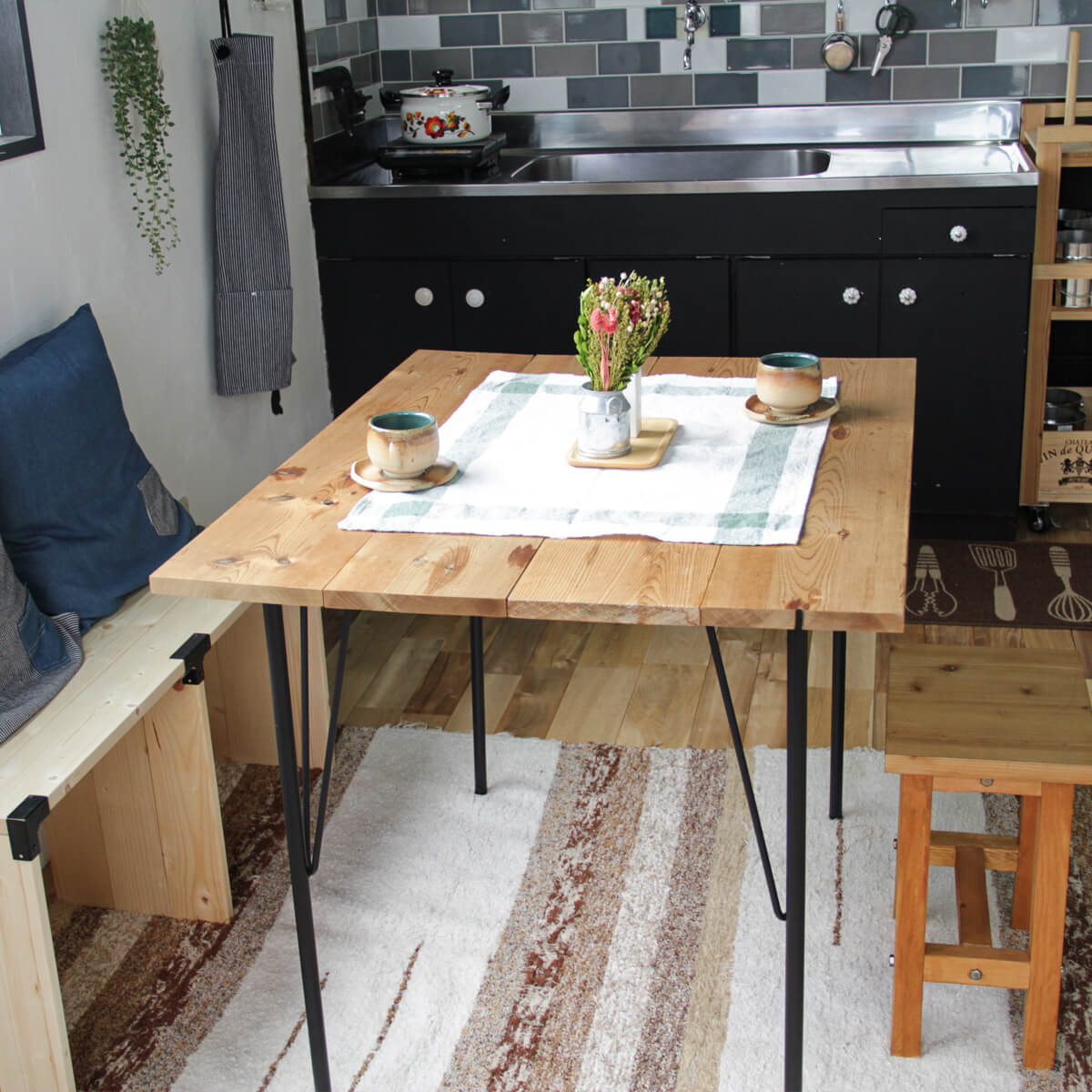 サーモウッドのカフェテーブル