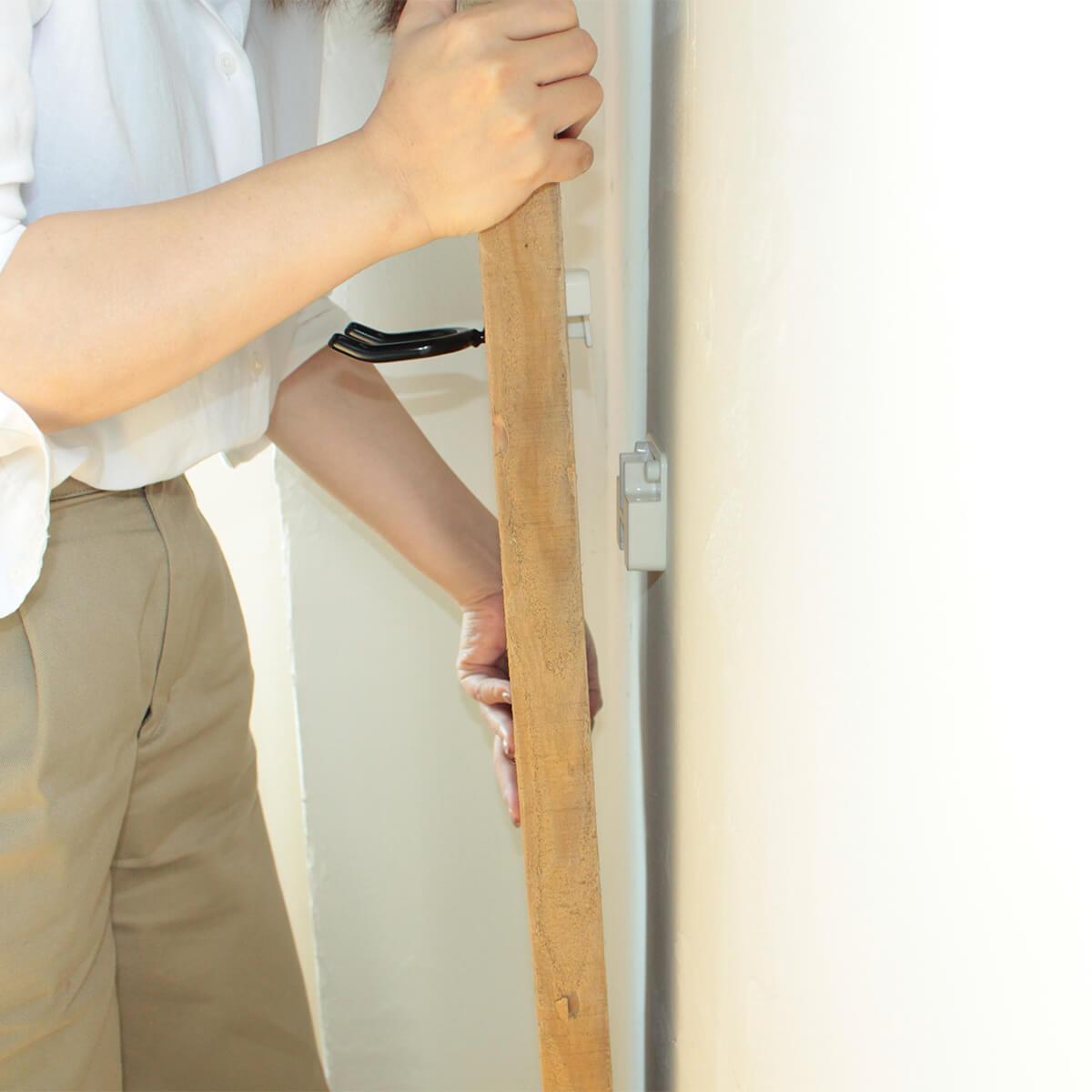 原状回復できる壁掛け足場板掃除機ホルダー